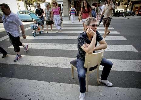 El mandato de Antón Reixa dura un año.Ariel Rot, sentado en un paso de cebra de la calle Juan Flórez de A Coruña.