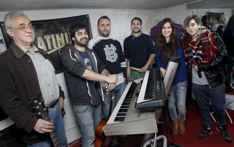 A orquestra Platinum ensaia nun modesto local localizado no barrio ribeirense de Fondevila.