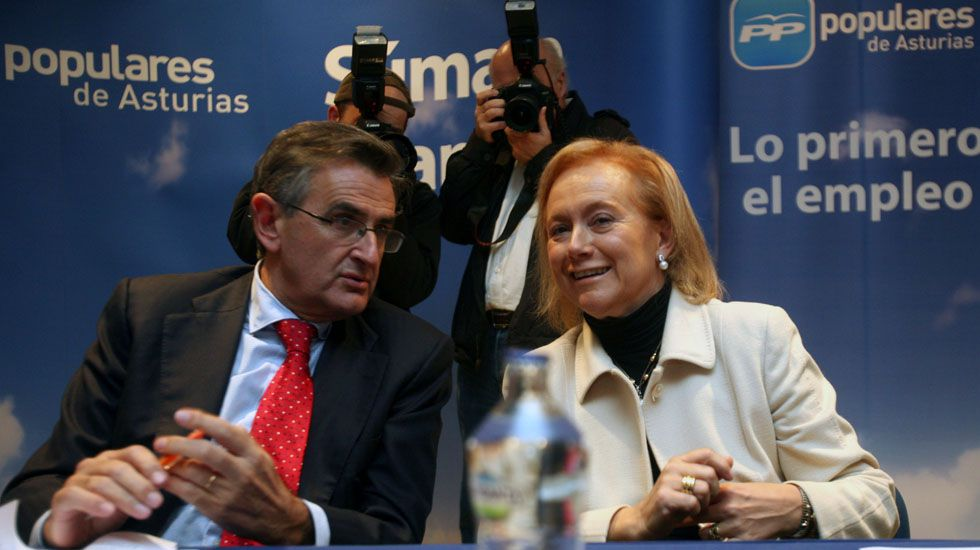 Ovidio Sánchez y Mercedes Fernández conversan, durante un encuentro del PP de Asturias.Ovidio Sánchez y Mercedes Fernández conversan, durante un encuentro del PP de Asturias