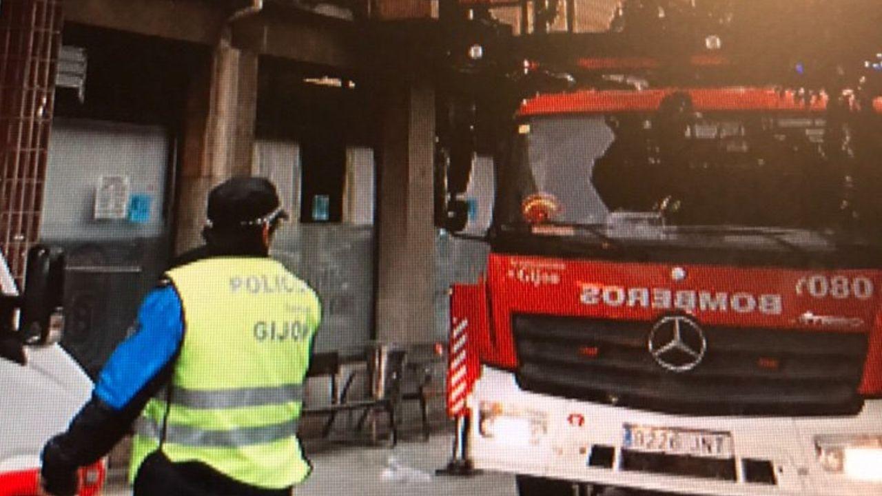 Incendio de un local chino en la calle Peregrina.Efectivos policiales y de Bomberos, ayer, en el incendio de la avenida de Gaspar García Laviana