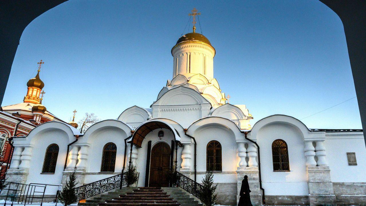 Una monja camina frente a la iglesia de un monasterio Rozhdestvensky en Moscú