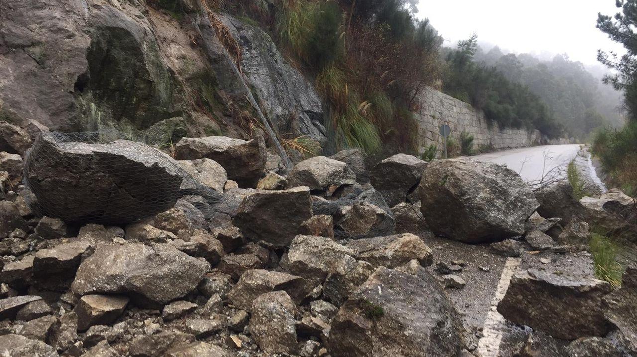 Un desprendimiento en el corredor do Morrazo corta el tráfico en la salida de Cangas