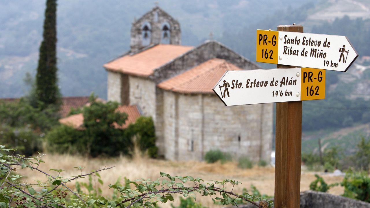 Indicador de la ruta en las proximidades de la iglesia de A Cova