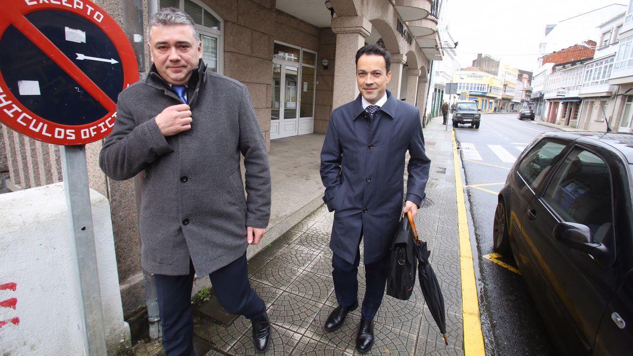 El alcalde, el socialista Juan Penabad Muras, y su abogado, a la salida del juzgado, el 27 de noviembre de 2019