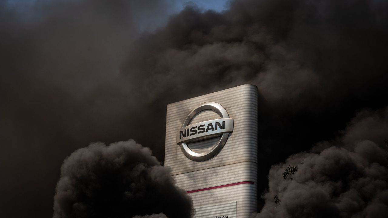 Trabajadores de la fábrica de Nissan en Barcelona protestan contra el cierre