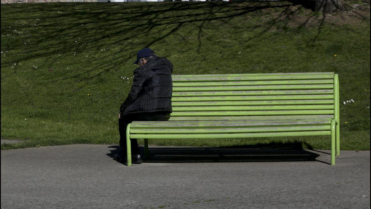 Un aciando solo en un parque