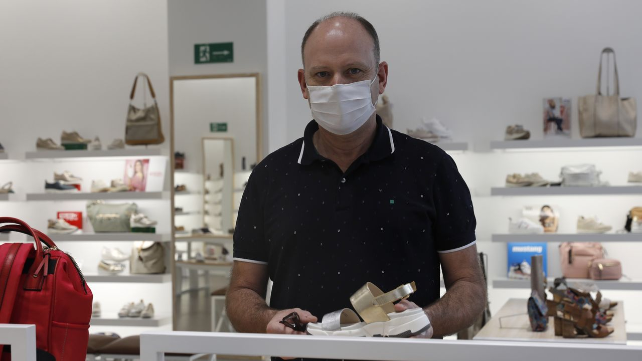 La evolución del Xesteira en siete imágenes.Santiago Carvajales, de la cadena Cachalot, en una de sus tiendas en Ourense