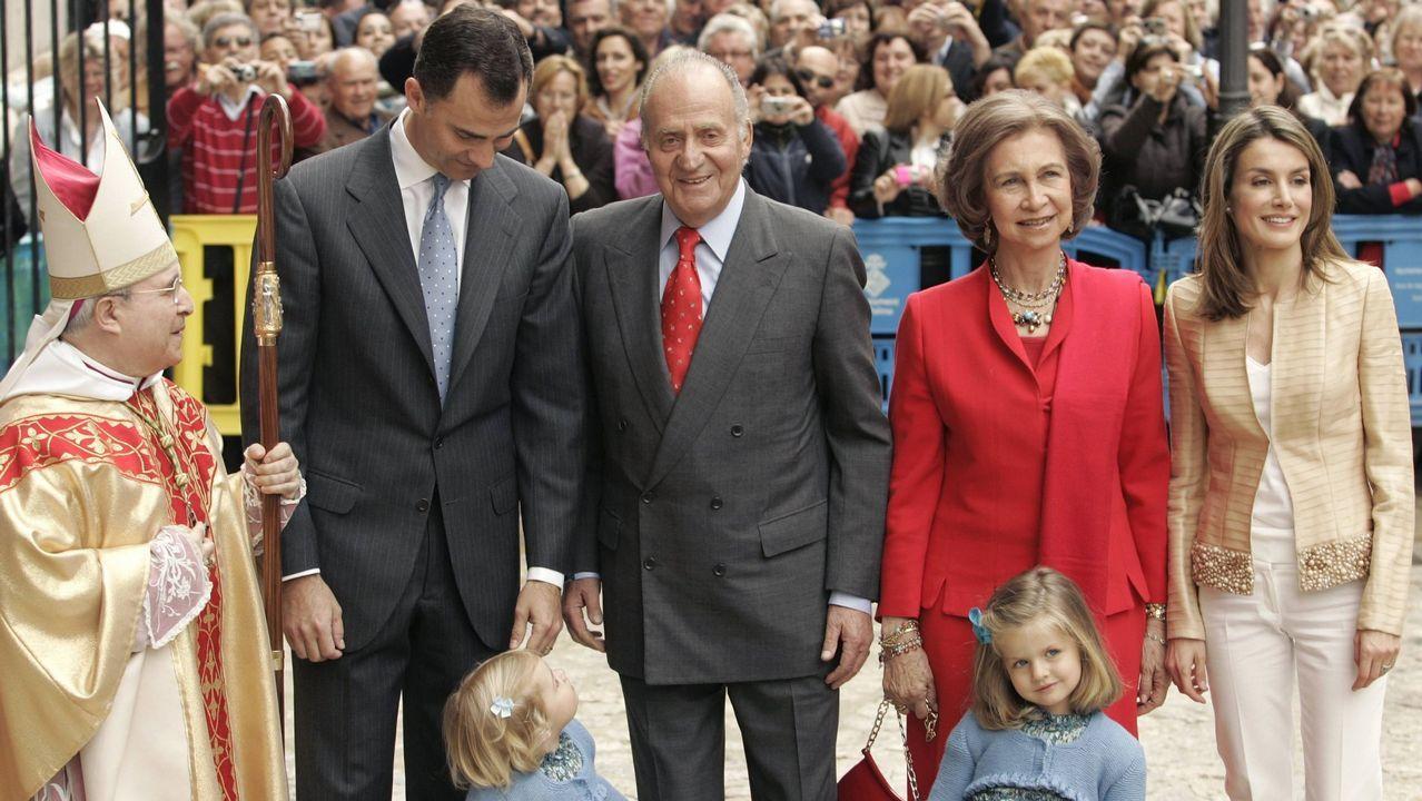 Año 2009: En solo tres años la infanta Elena se divorció y comenzó a destaparse el escándalo de Iñaki Urdangarin, por lo que ese año ya solo asistieron los reyes, los príncipes y sus hijas