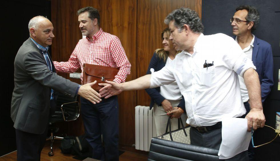 Saludo entre Agustín Fernández y Lores el pasado viernes, en presencia de los futuros portavoces.