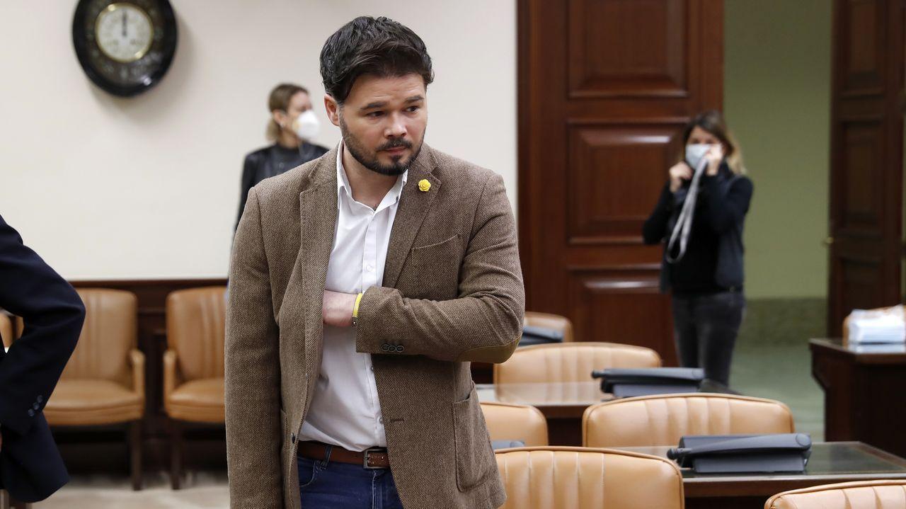 Una sanitaria toma la temperatura a Torra antes de su entrada al pleno del Parlamento catalán