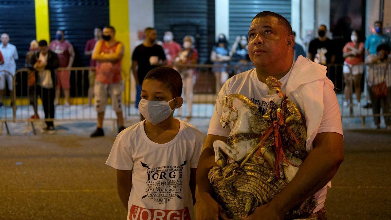 Un hombre celebra el San Jorge en Río de Janeiro portando una estatuilla del santo