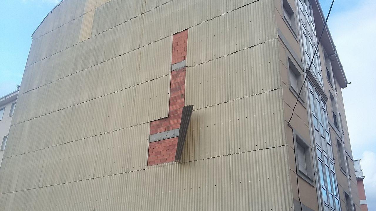 La Policía Local de Foz denuncia que las chapas que impermeabilizan muchos edificios no están bien ancladas