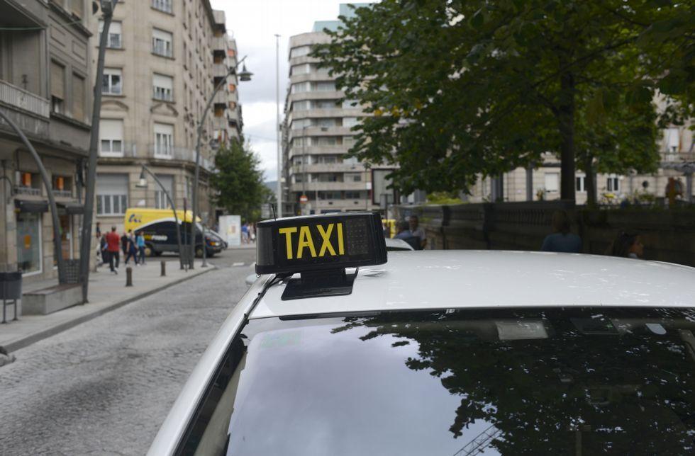 El fuego arrasa Cualedro.La parada de taxis del parque de San Lázaro es la más solicitada de la ciudad.