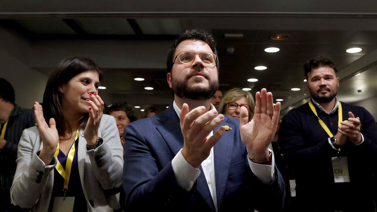 Pablo Iglesias, junto a su jefe de Gabinete, el exJemad Julio Rodríguez, saluda a algunos encargados de la seguridad del ministerio..La ministra de Trabajo, Yolanda Díaz a su llegada al palacio de la Moncloa para asistir al primer Consejo de Ministros .