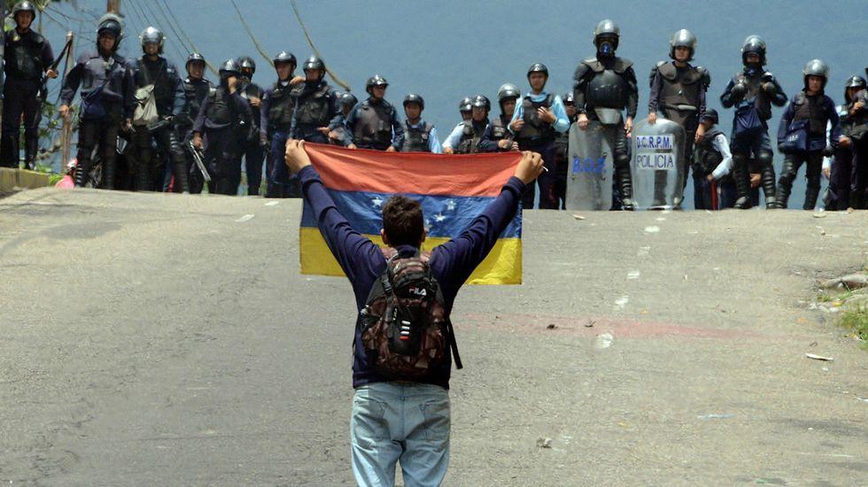 Venezuela entra en una situación límite.Monjas de 'Les pelayes' votando en los pasados comicios municipales.
