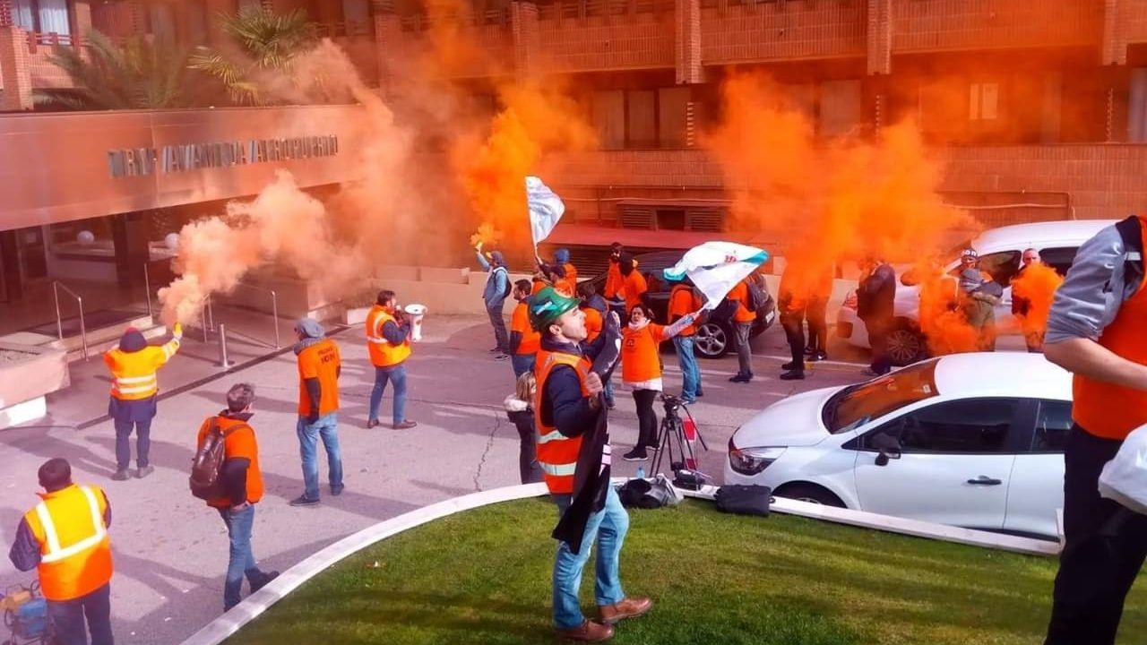 Empleados de Alcoa llaman a los trabajadores españoles a apoyar sus reivindicaciones ante Industria.Trabajadores de A Coruña se desplazaron a Madrid para protestar a las puertas del hotel donde se negocia