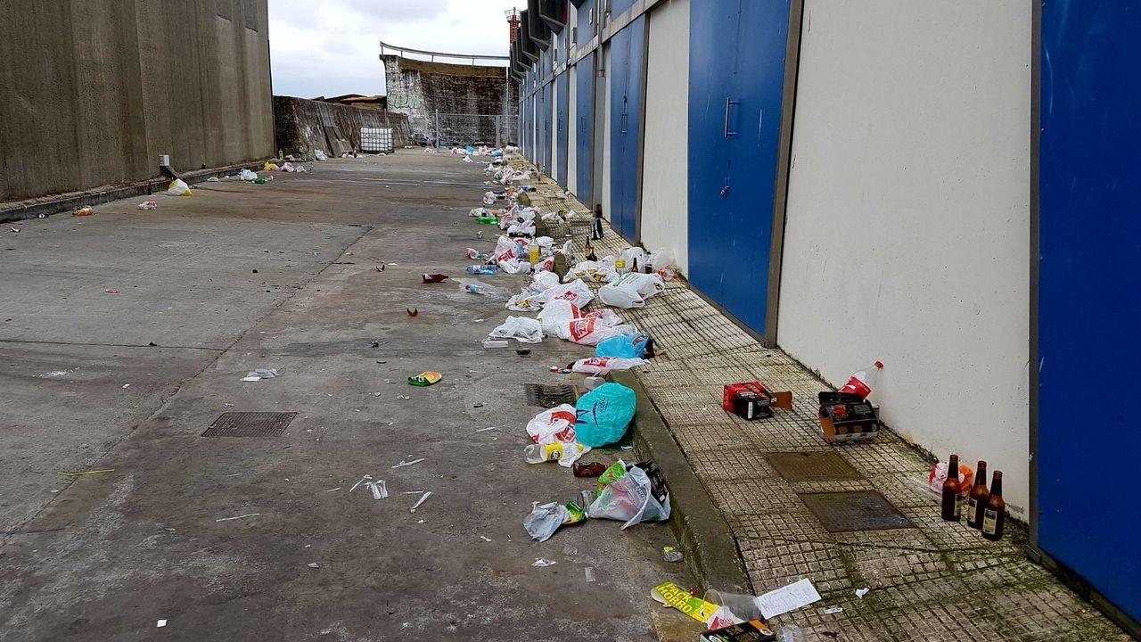 Restos de basura tras un botellón nocturno en el puerto de Portonovo