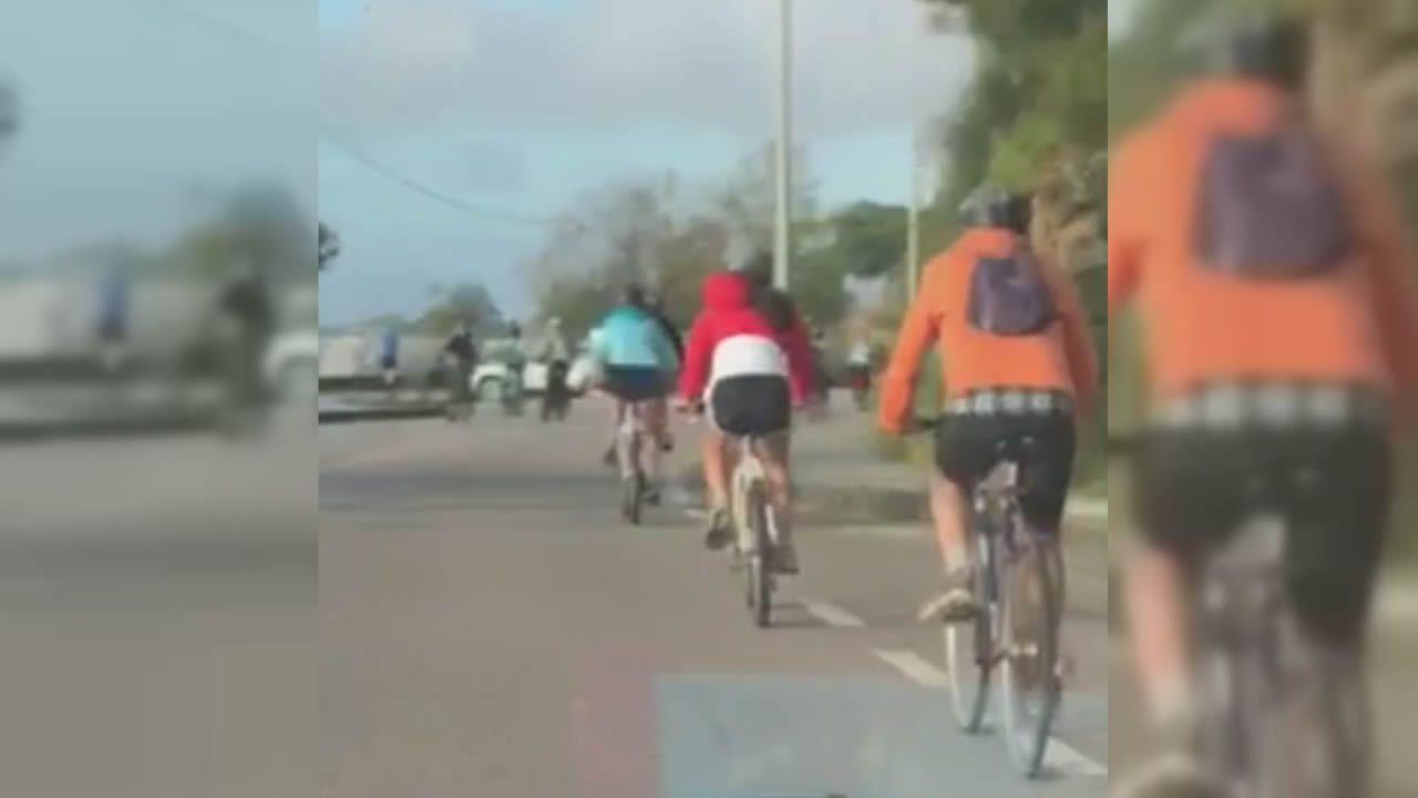 Ciclistas en la carretera de O Vao.Los comerciantes ven más movimiento de gente en la calle