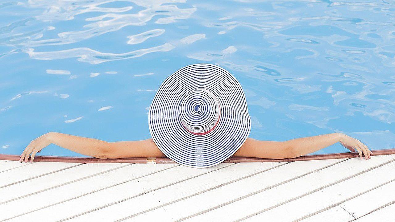 Chica en una piscina