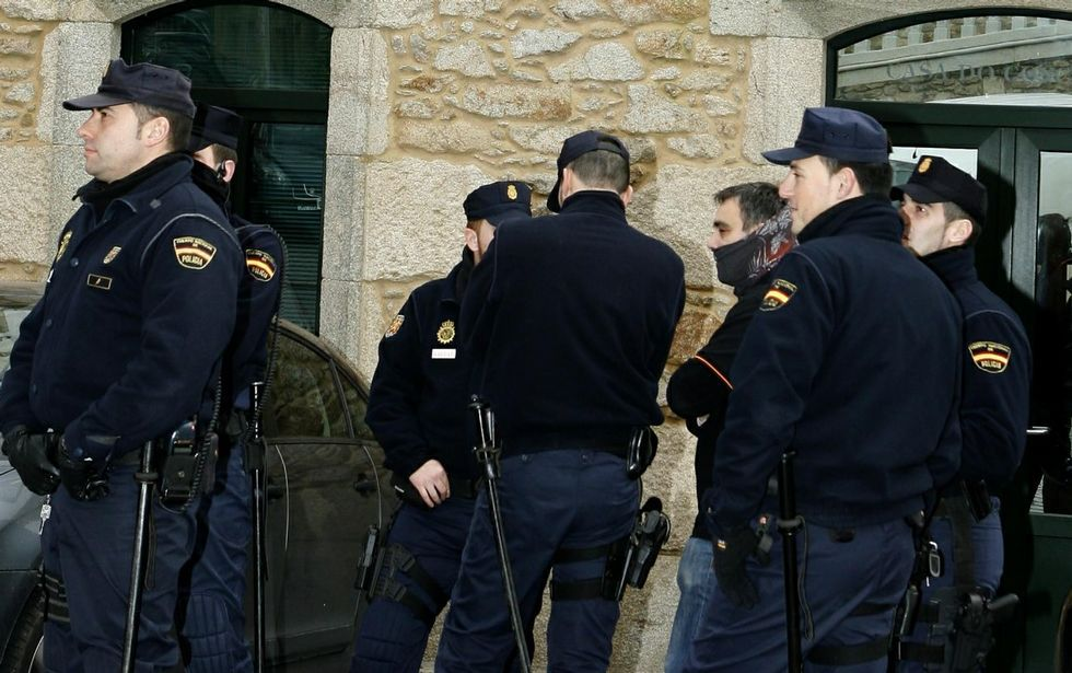 Agentes de la Policía Nacional desplegados en el Concello de Fisterra durante las detenciones.