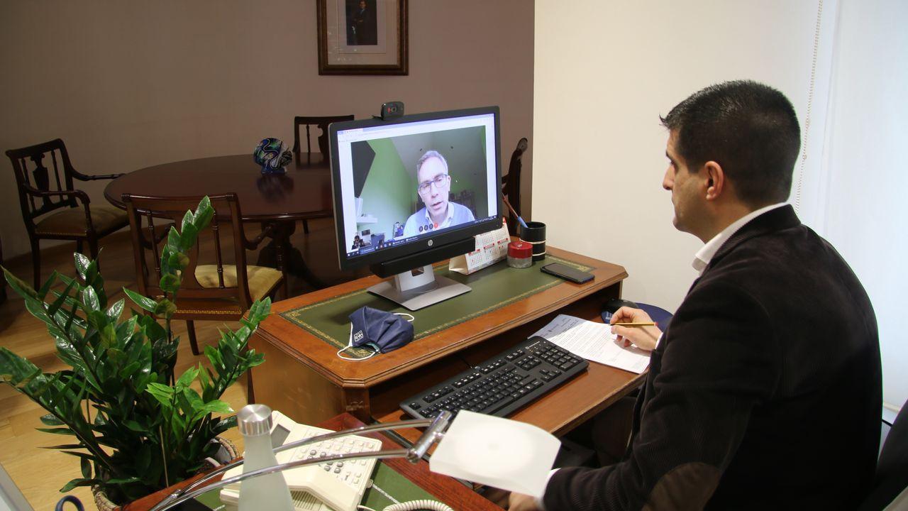 El delegado de la Xunta, con un directivo de Telefónica