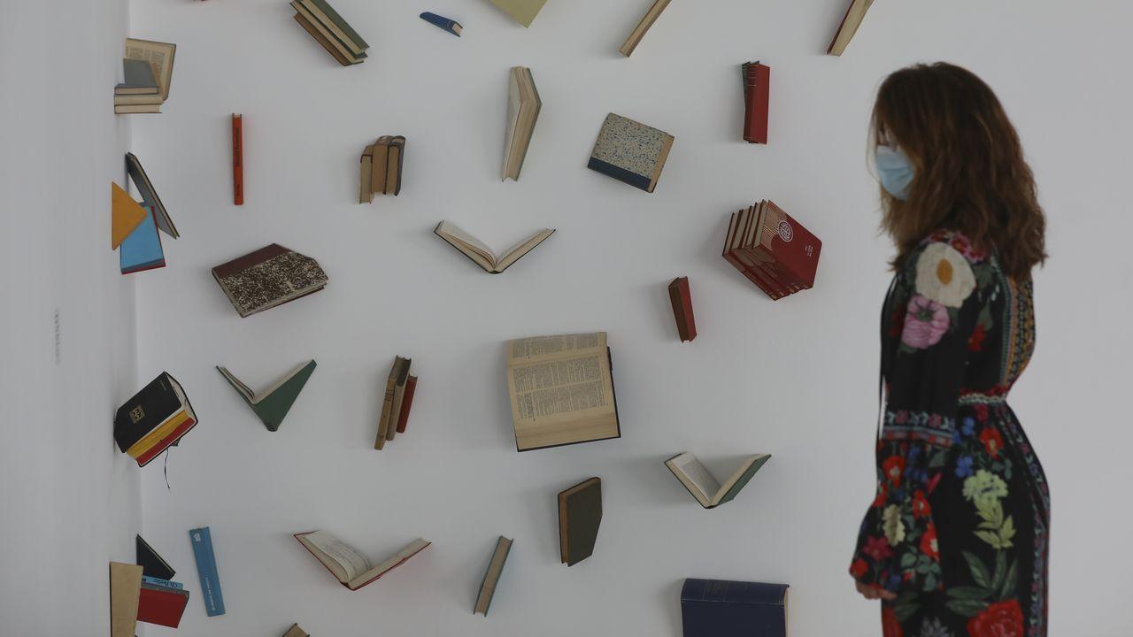 Libros y mascarillas en la feria de Vigo