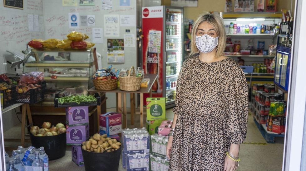 María Jesús García regenta la única tienda de alimentación que hay en Larouco