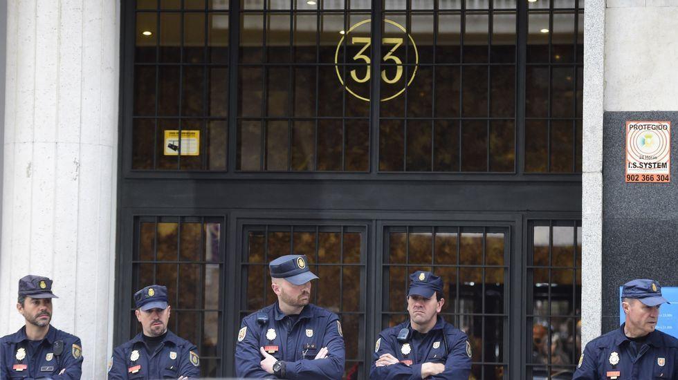 Despliegue policial ante el domicilio de Rodrigo Rato.