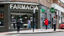 Varias personas esperan para ser atendidas en una farmacia en Pola de Siero