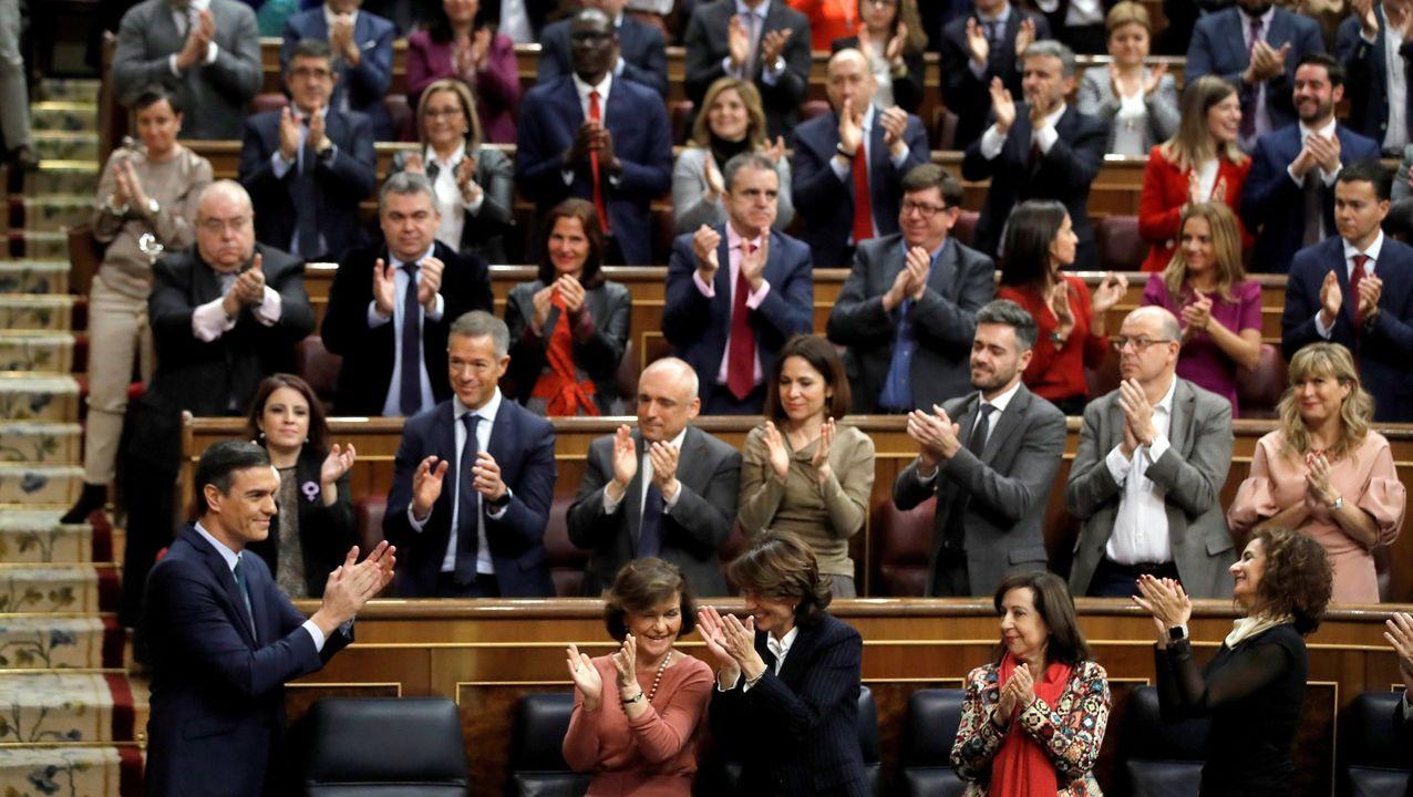 La bancada socialista aplaude a Pedro Sánchez durante la sesión del domingo