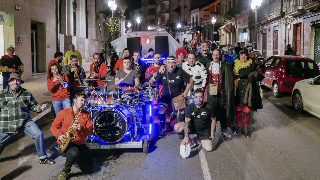 Troteiros de Bande.La primera salida de este carnaval de los troteiros por las aldeas animó la mañana en el municipio de Bande
