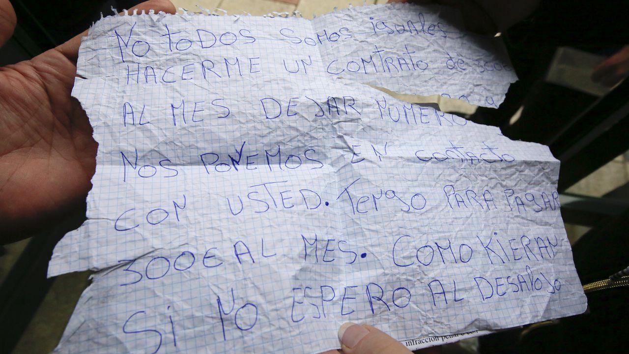 Los okupas dejaron carteles dirigidos a los dueños de las casas