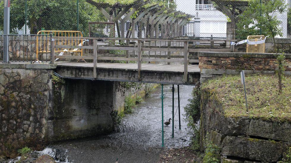 La pasarela está apuntalada para evitar su caída