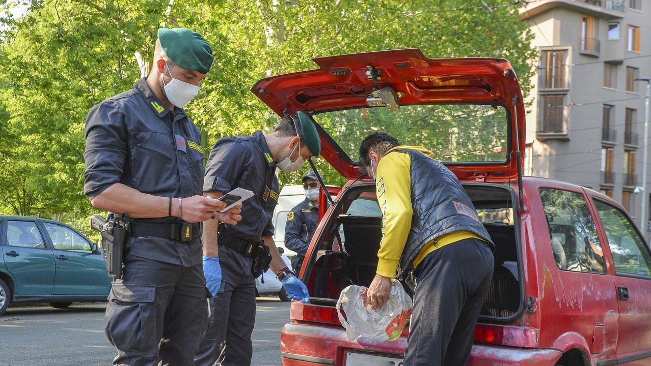 Unos agentes italianos efectúan un control entre  Corvetto y Rogoredo, en Milán