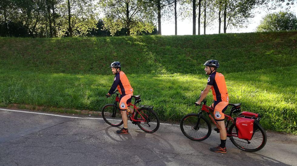 A finales de junio, con la llegada de la llamada nueva normalidad, Protección Civil de Santiago reanudó la vigilancia y atención en las rutas jacobeas con cinco voluntarios, tres a pie y dos en bicicleta
