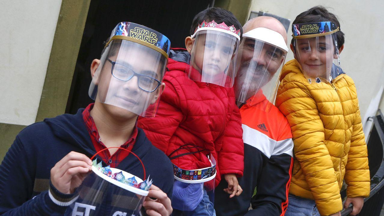Lunes de escuela, parque de atracciones ycoronavirus.Aithor Regueiro, con su hijo, un sobrino y el hijo de un vecino. Los niños llevan puestas las pequepantallas diseñadas por el profesor de la EUDI