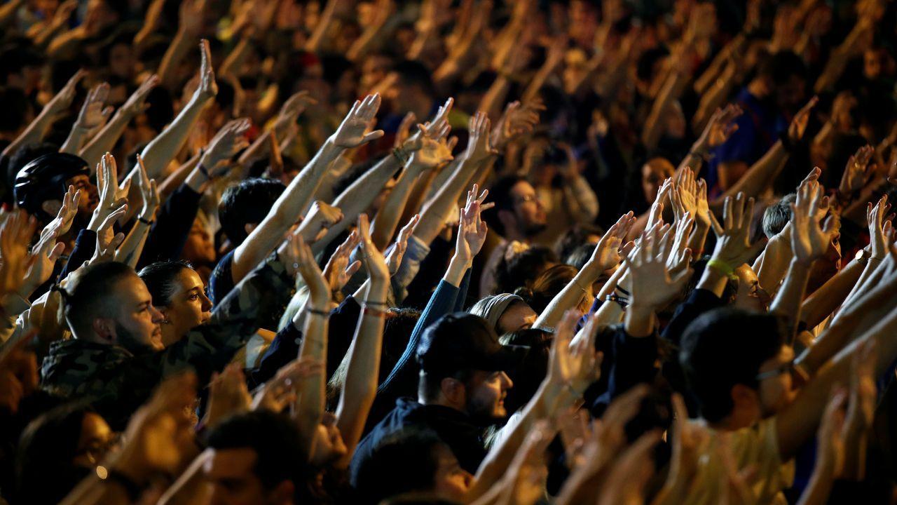 Jóvenes independentistas de los CDR, brazo en alto