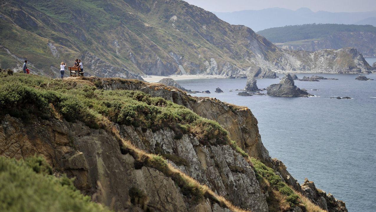 Por la costa de Loiba discurre la senda natural del Cantábrico