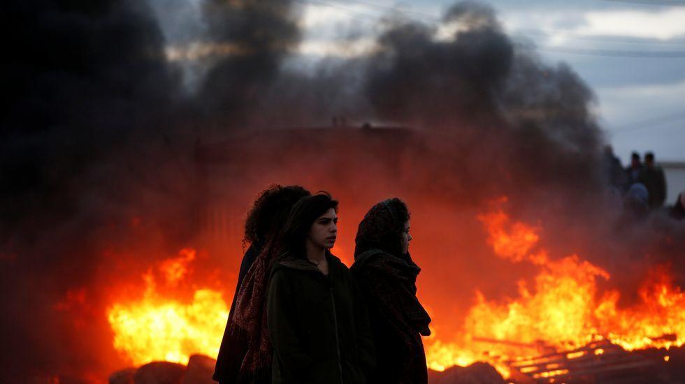 Disturbios en la evacuación del asentamiento israelí de Amoná.Ángel Alonso y Miguel Ángel San Miguel, que muestra la tarjeta contra la Selección israelí