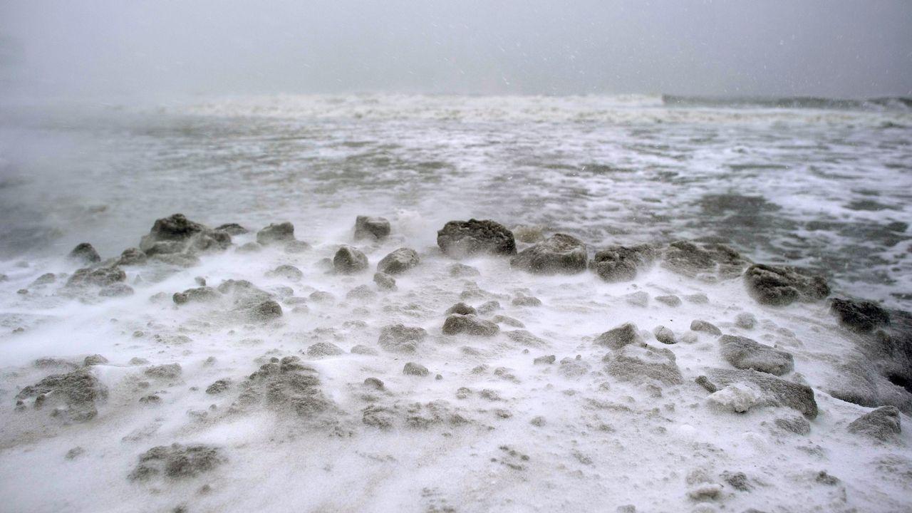 Nieva sobre el mar en Atlantic City, Nueva Jersey