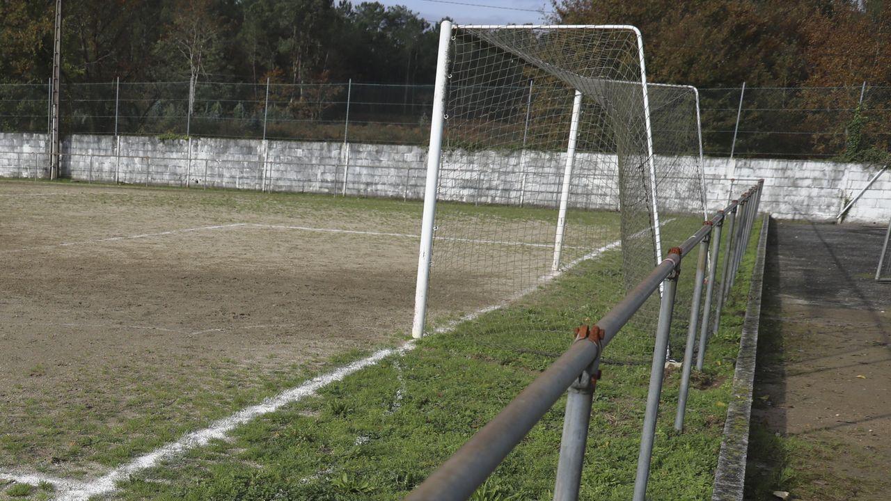 Barandilla con elementos oxidados, pendiente de renovarse, junto a un bordillo de piedra en uno de los fondos del campo de Recesende en el ayuntamiento coruñés de Teo.