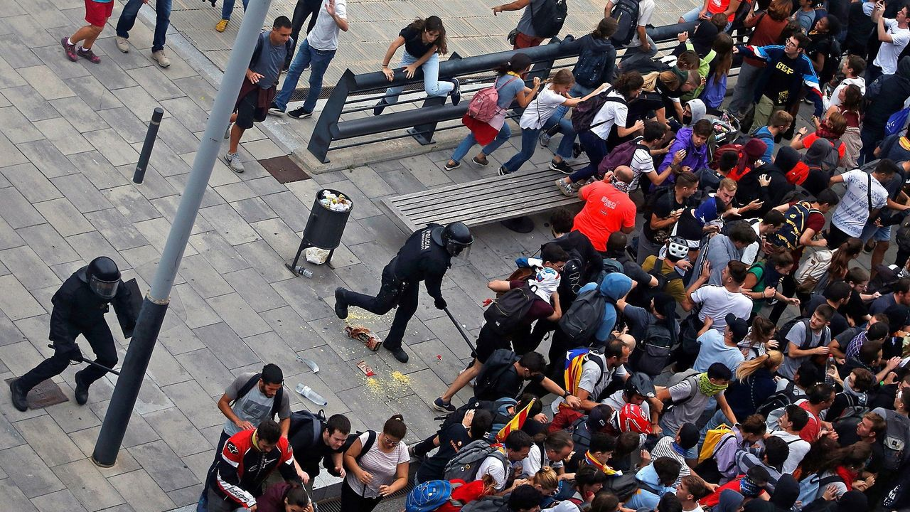 Miembros de los Mossos d'Esquadra cargan contra los centenares de personas que se agolpan ante el Aeropuerto del Prat después de que la plataforma Tsunami Democràtic haya llamado a paralizar la actividad del aeropuerto, en protesta por la condena a los líderes del «procés»
