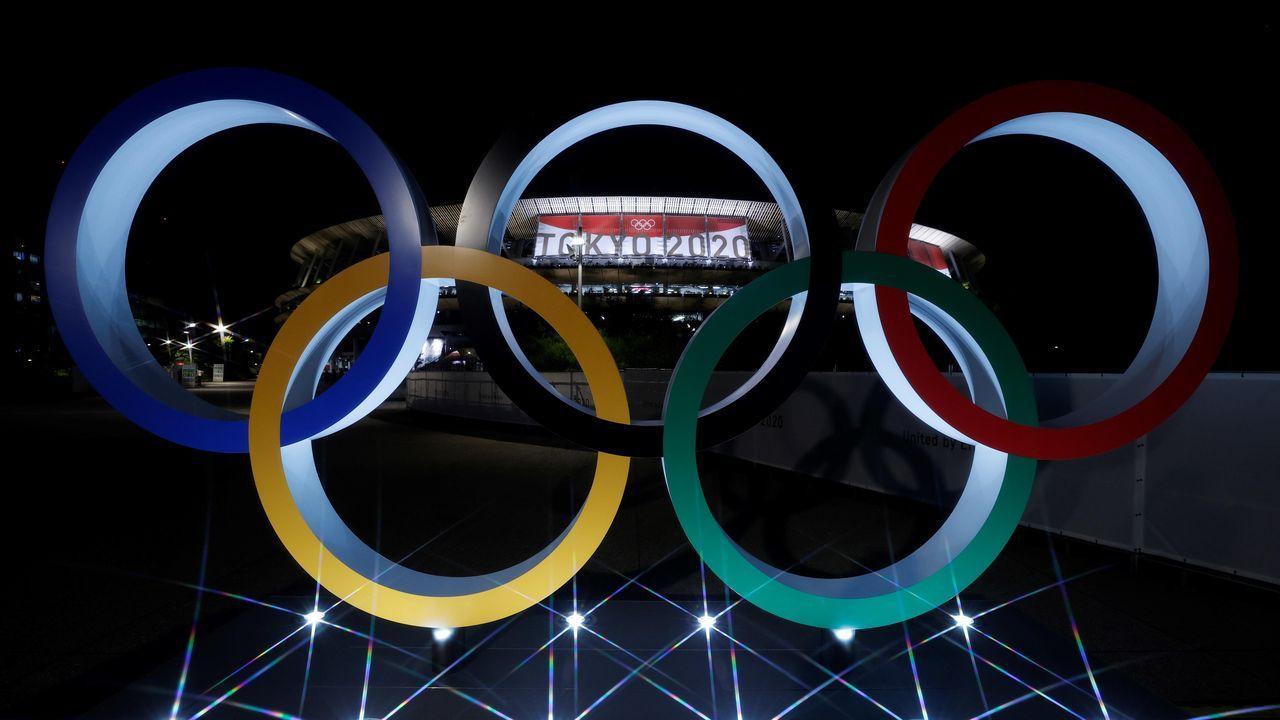 Vista de los anillos olímpicos frente al Estadio, horas antes de la inauguración -