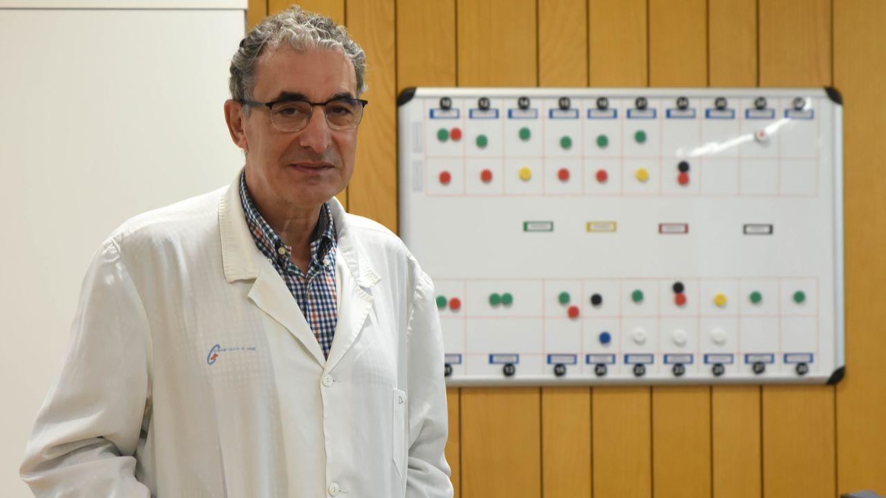 Juan Sánchez Castro, coordinador del centro médico de A Estrada, delante del panel en el que se reparten las urgencias