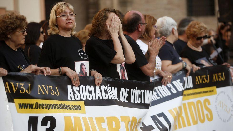 Lucha desesperada contra el fuego en Alicante.Uno de los autobuses de la flota de Emutsa