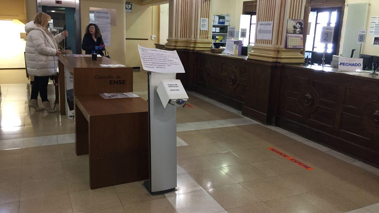 En la zona de atención al público del Concello de Ourense no había ciudadanos. En la imagen aparecen dos concejalas del gobierno local