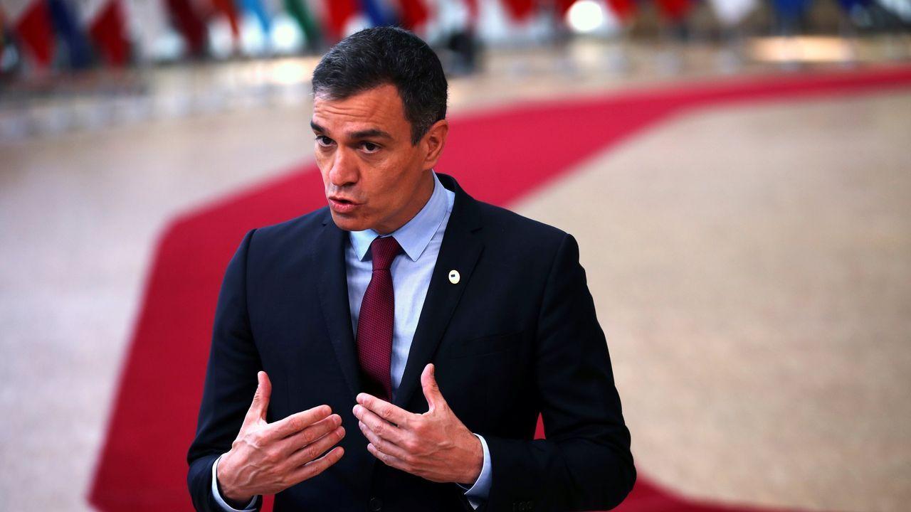 Puigdemont interviene en la presentación del partido ante la atenta mirada de Quim Torra