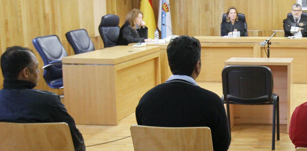 Los dos acusados en el banquillo de la Audiencia Provincial, durante el juicio de ayer.