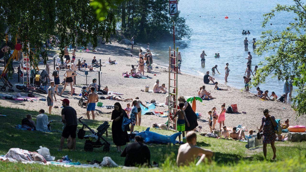 Ciudadanos suecos, hoy, en la playa de Malarhojdsbadetat, en el lago de Malaren, en Estocolmo. Las temperaturas rondan los 30 grados