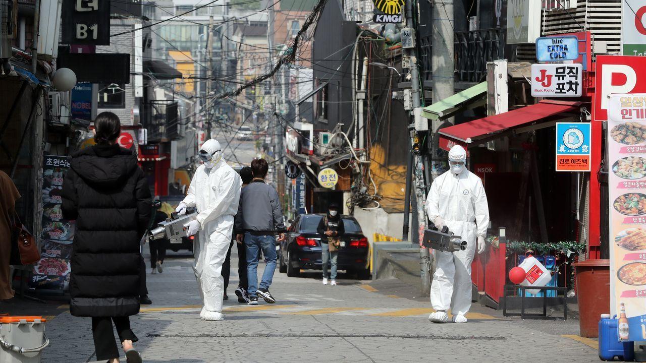Desinfección en una calle del distrito internacional de Itaewon con locales de ocio en los que se produjeron los contagios